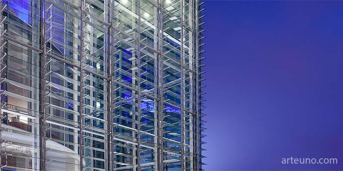 Imagende moderno edificio tomada por el fotografo de arquitectura en la hora azul. Fotografía arquitectónica de fachada.