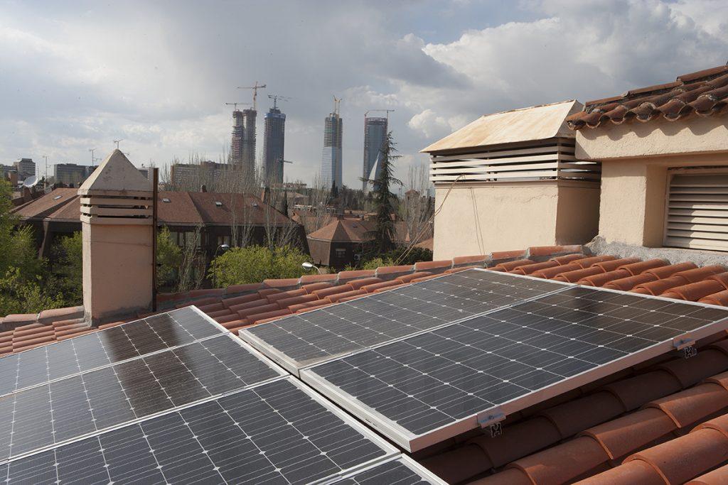 Fotografos industriales de placas solares en tejado