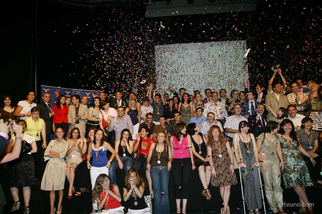Fotografía de recuerdo de participantes de evento - fotografo de evento corporativo photocall